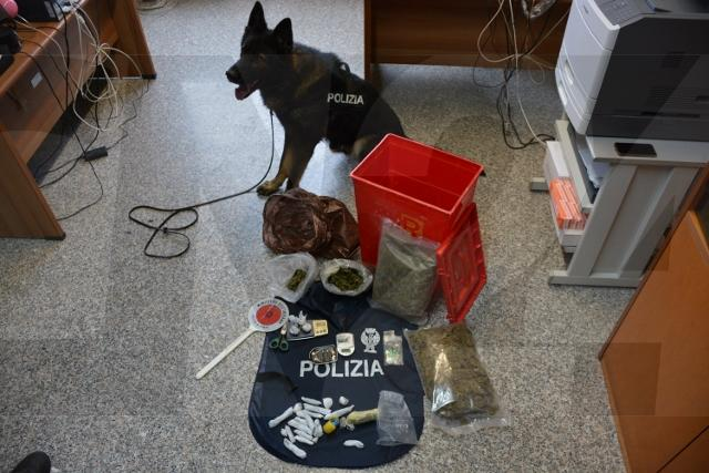 Droga nell'intercapedine, sequestrati 200 grammi di hashish: tre arresti